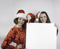 拿着标志的两名俏丽的妇女 免版税图库摄影