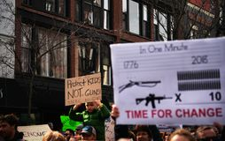 拿着标志的全国学校罢工学生抗议者 库存图片