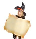 拿着标志的小愉快的巫婆 免版税库存图片