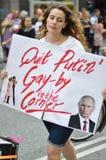 拿着标志的少妇反对总统在同性恋权利的putins法律 库存照片