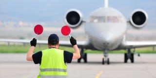拿着标志的空中交通管理人 免版税库存照片