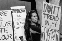 拿着标志, 2017名妇女` s 3月洛杉矶的抗议者 库存照片