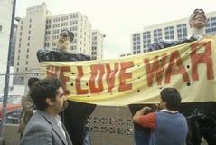 拿着标志,洛杉矶,加利福尼亚的世界领袖木偶 免版税库存图片