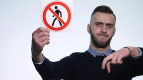 拿着标志`人的年轻人不允许输入在白色背景的` 影视素材