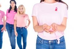 拿着桃红色丝带的妇女 库存图片