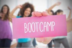 拿着桃红色卡片的妇女说bootcamp 图库摄影