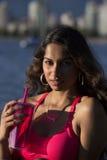 拿着桃红色杯子的年轻印地安妇女 免版税库存照片