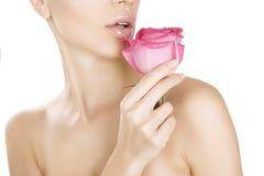 拿着桃红色玫瑰,特写镜头的秀丽妇女 免版税库存照片