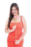 拿着桃红色雏菊的俏丽的妇女 免版税库存照片
