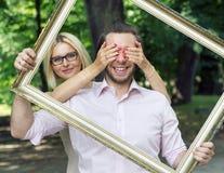 拿着框架的夫妇的概念性图片 库存照片