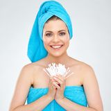 拿着棉花棍子的微笑的妇女佩带的毛巾 库存图片