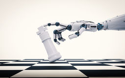 拿着棋国王的机器人手 库存照片