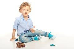 拿着棒棒糖的可爱的白肤金发的男孩 库存照片