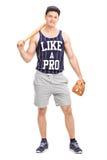 拿着棒球棒的英俊的年轻人 免版税库存照片