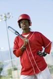 拿着棒球棒的非裔美国人的妇女 免版税库存图片