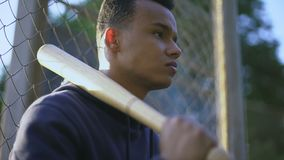 拿着棒球棒,青少年组的十几岁的男孩在少数民族居住区,少年犯罪 股票录像