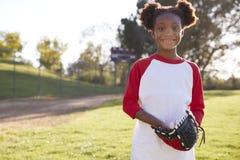 拿着棒球露指手套的年轻黑人女孩微笑对照相机 库存图片
