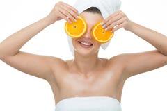 拿着橙色切片的可爱的妇女 库存图片