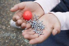 拿着橡胶球和起重器的女孩 免版税库存图片