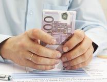 拿着欧元的男性手 免版税库存照片