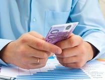 拿着欧元的男性手 免版税库存图片