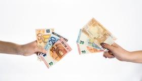 拿着欧洲金融法案钞票的手 图库摄影