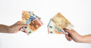 拿着欧洲金融法案钞票的手 免版税图库摄影