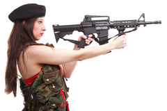 拿着步枪的女孩islated在空白背景 免版税库存图片