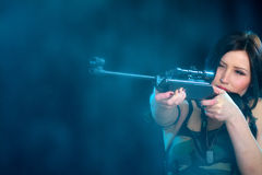 拿着武器的美丽的妇女 免版税图库摄影