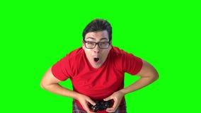 拿着比赛控制器的人演奏计算机游戏 在面孔的风 影视素材