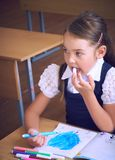 拿着毡尖的笔,选择聚焦的小女孩 创造性的艺术爱好、早期的发展和启发概念,拷贝 免版税库存照片