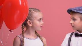 拿着气球和敬佩的男孩和女孩,从第一视域爱 影视素材