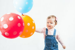 拿着气球的滑稽的孩子室外在鸦片领域 免版税库存照片
