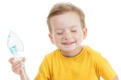 拿着氧气或吸入器标记的白种人孩子隔绝在白色 免版税库存照片