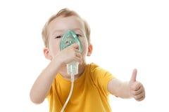 拿着氧气或吸入器标记的白种人孩子隔绝在白色 免版税图库摄影
