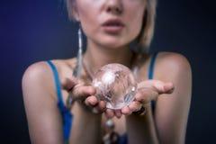 拿着水晶球的现代部族妇女 免版税库存图片
