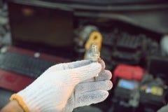 拿着汽车修理工具的手 库存图片