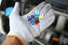 拿着汽车修理工具的手 免版税库存图片