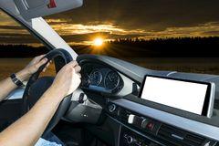 拿着汽车方向盘的男性手 在驾车的方向盘的手在棕榈附近调遣 驾驶在客舱里面的人一辆汽车 库存图片