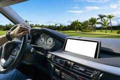 拿着汽车方向盘的男性手 在驾车的方向盘的手在棕榈附近 驾驶在客舱里面的人一辆汽车 库存图片