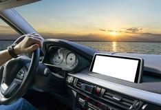 拿着汽车方向盘的男性手 在驾车的方向盘的手在海附近 驾驶在客舱里面的人一辆汽车 免版税库存照片
