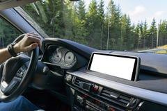 拿着汽车方向盘的男性手 在驾车的方向盘的手在湖附近 驾驶在客舱里面的人一辆汽车 库存图片
