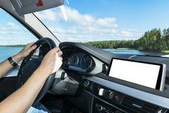 拿着汽车方向盘的男性手 在驾车的方向盘的手在湖附近 驾驶在客舱里面的人一辆汽车 免版税库存图片