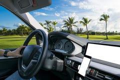 拿着汽车方向盘的男性手 在驾车的方向盘的手 驾驶在客舱里面的一辆汽车 多媒体系统 库存照片
