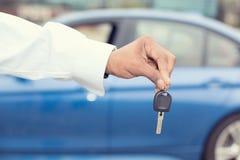 拿着汽车的男性手锁上提供的新的汽车 免版税图库摄影