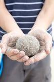 拿着沙子的手在海滩|储蓄照片 免版税库存图片