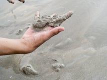 拿着沙子的现有量 图库摄影