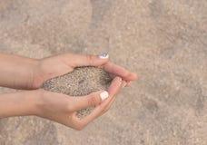 拿着沙子 库存图片