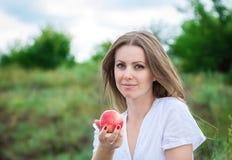 拿着油桃的妇女 库存照片