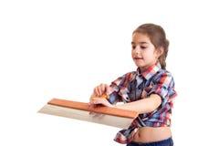 拿着油灰刀的小女孩 免版税库存照片